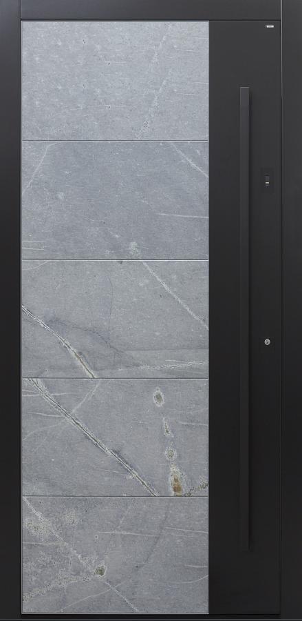 Haustür Himalayastein mit Schlossbereich in RAL und Stoßgriff schwarz und Fingerprint Modell B9-T3